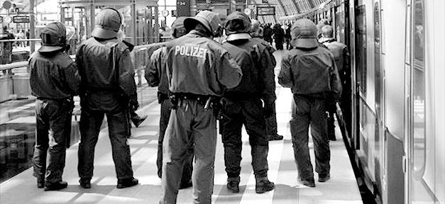 Polizei © plassen @ flickr.com (CC 2.0), bearb. MiG