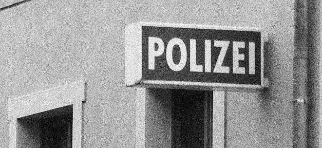Polizeiwache © sludgegulper @ flickr.com (CC 2.0), bearb. MiG