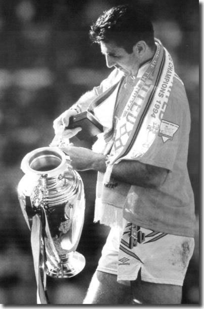 Cantona con la copa de la liga de 1992.