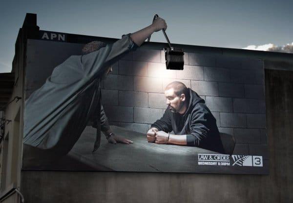 Il divertente cartellone pubblicitario di una serie televisiva