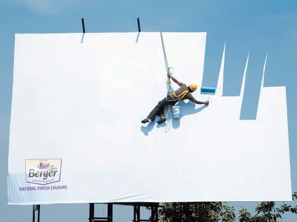 Il divertente cartellone pubblicitario di una marca di vernice