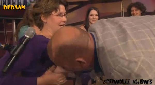 uomo beve latte dal seno in diretta tv