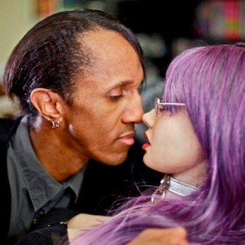 Davecat è fidanzato con una bambola