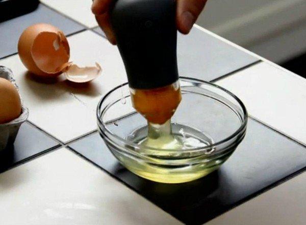 L'invenzione per separare il tuorlo dell'uovo dall'albume (Yolkr)