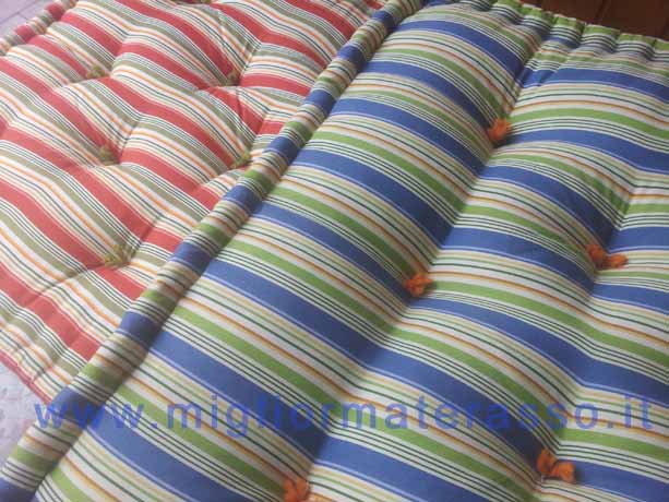 Materassi con fodera colorata a giorno uso divano