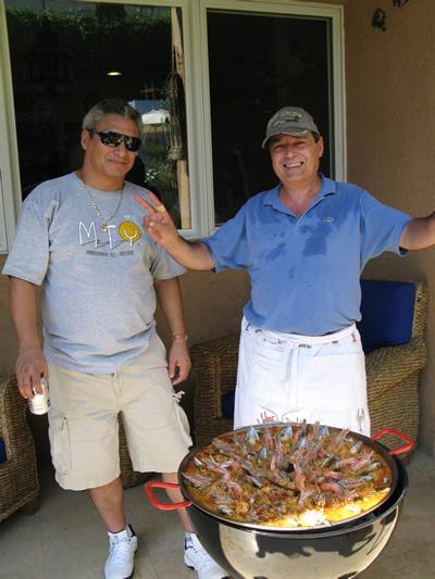 En acción Gerardo Gutierrez y Miguel Pena con la Paella de mariscos