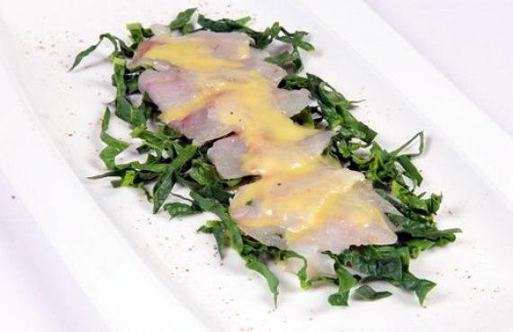 Carpaccio de lubina con espinacas (Cocina italiana)