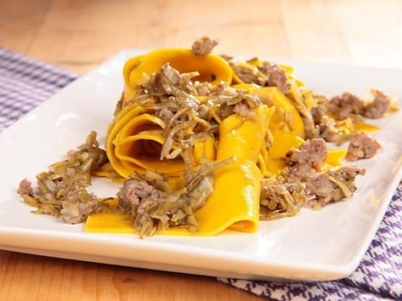 Pappardelle con alcachofas y salsicha (Cocina italiana)