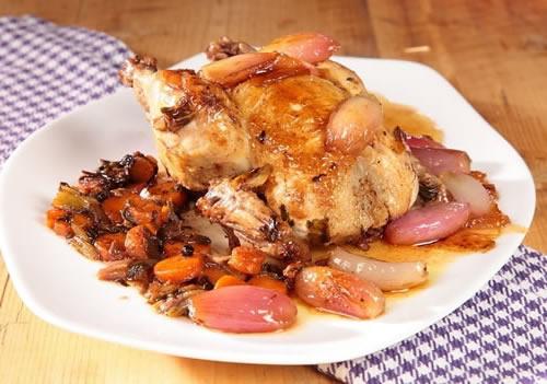 Pollo picantón con chalotes agridulces