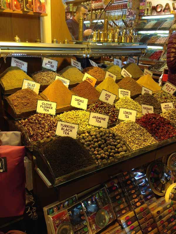 Maustebasaarissa myytiin paaaaljon mausteita ja teetä ja kaikenlaista.