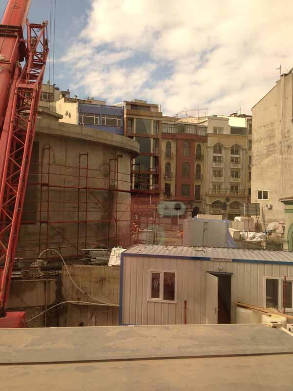 Nyt näette upean näkymän meiän hotellihuoneen ikkunasta. :D UUH! Mutta noitten työmiesten puuhia oli ihan mukava välillä katsella, äänet ei häirinneet mitenkään. Jos joku ääni häiritsi, niin hyvin lähellä olleen rukouskutsutornin meteli.