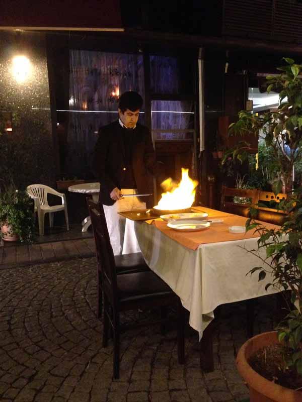 Nähtiin jo ekana iltana tällainen show-ruoka. Ruukku sytytettiin palamaan ja sitten se halkaistin jollain kepillä ja hieman kuumahko kebabruoka kaadettiin lautaselle.