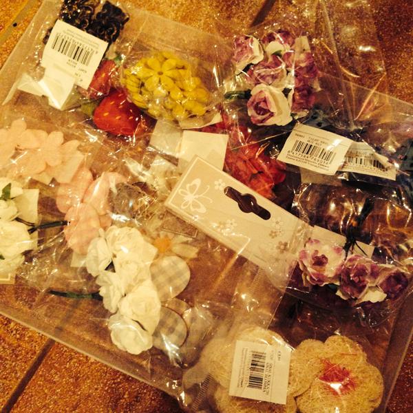Kukkia ja muita koristeita.