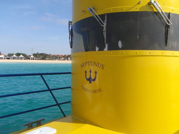 Tässä oltiin jo veneen kannella. Veneelle mentiin kumiveneellä, oli vähän jännä saada Lumi-Kukka siihen kumiveseeseen ja siitä pois, kun se ei oikein digannut vieraiden ihmisten avustuksesta. ;)