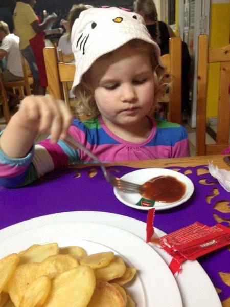 Kukkiksella on nirsoilukausi menossa. Tuossa ravintolassa se söi pelkkää ketsuppia. Joo-o... :D Mää Kukkista ajatellen tilasin itelleni spagetti bolognesen, kun Kukkis puheli että haluaa spagettia. Mutta ei se syönyt sitten kuin sen ketsupin. Ja ehkä pari perunaa. Ville söi tuossa mestassa mustekalaa, iuuuuuu! Uhkasin että en pussaa sitä jos se mustekalaa syö :D