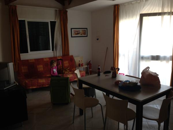 Ruokapöytä ja olohuone. Hiukan on hämärä kuva. ;)