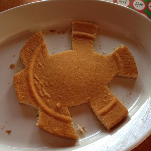 Tästä se lähti, leikkasin yhden kerroksen kakkupohjasta krokon vartaloksi.