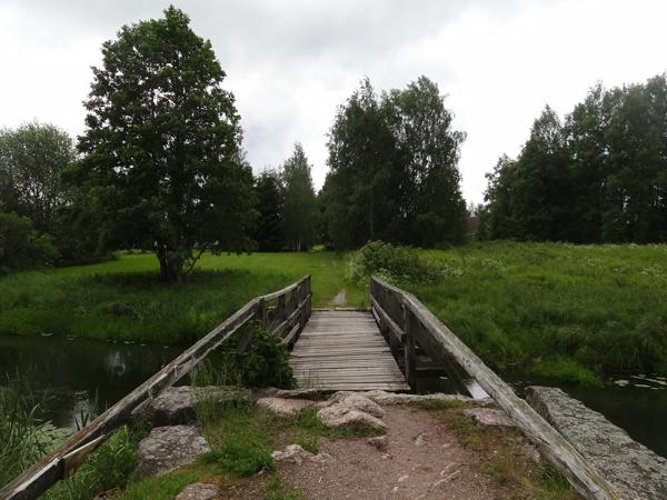 Silta, jossa koiralle ja lapselle tulee joskus siltakammo. :D Ei Deea kyllä nykyään oikein enää siltoja pelkää. Ja lapsikin uskaltaa yli mennä tuosta kun pitää kädestä kiinni. :)