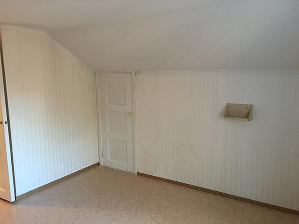 Tuo kulmassa näkyvä pieni ovi vie vintille, tai miksi sitä sanoisi.