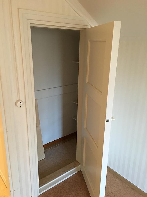 Vaatekaappi oven oikealla puolella.