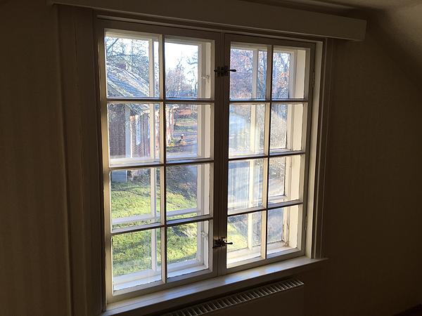 Meiän ikkunasta näkyy tietä ja meiän taloa vastaava isompi useamman asunnon talo.
