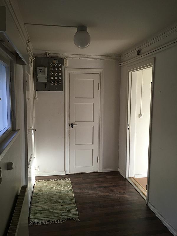 Rappusten alaosasta otettu kuva, tuossa näkyy vessan ovi (Joka on harmilloisen kapea, mutta EHKÄ siitä saisi ängettyä sisään kylpyammeen, josta ollaan alettu haaveilla...)