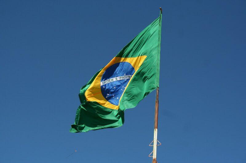 Wapperende Braziliaanse vlag met een blauwe lucht in de achtergrond
