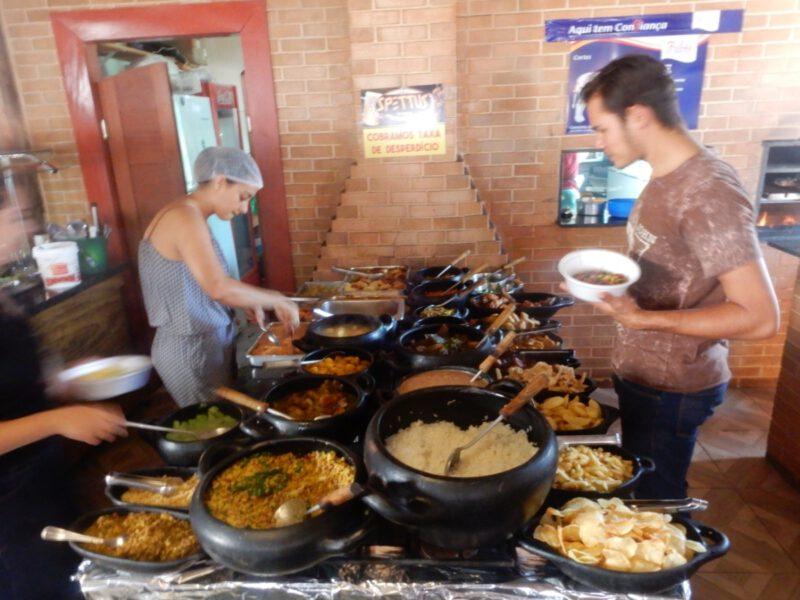 Foto van het opgestelde eten in het restaurant Spettus Churrascaria e Choperia in Pirenópolis in Brazilië
