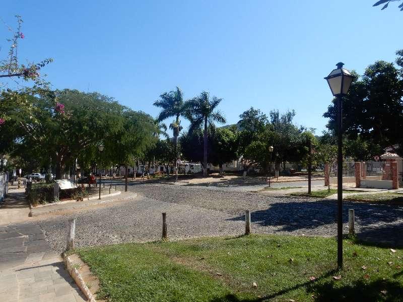 Kruispunt in Pirenópolis met koloniale huisjes en stenen straat