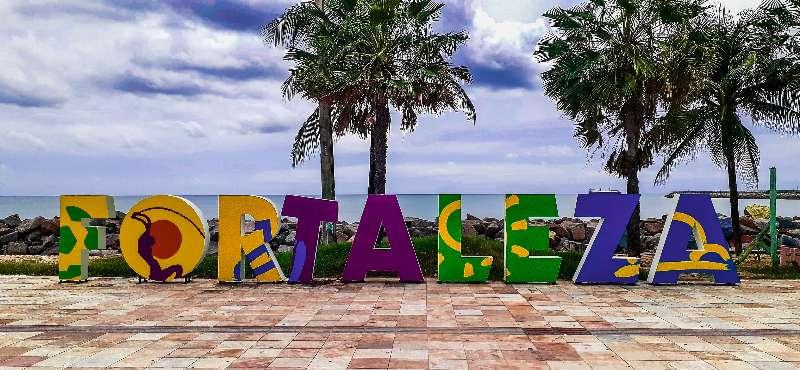 Fortaleza-Beira Mar-Grote letters FORTALEZA langs de boulevard van Beira Mar Fortaleza