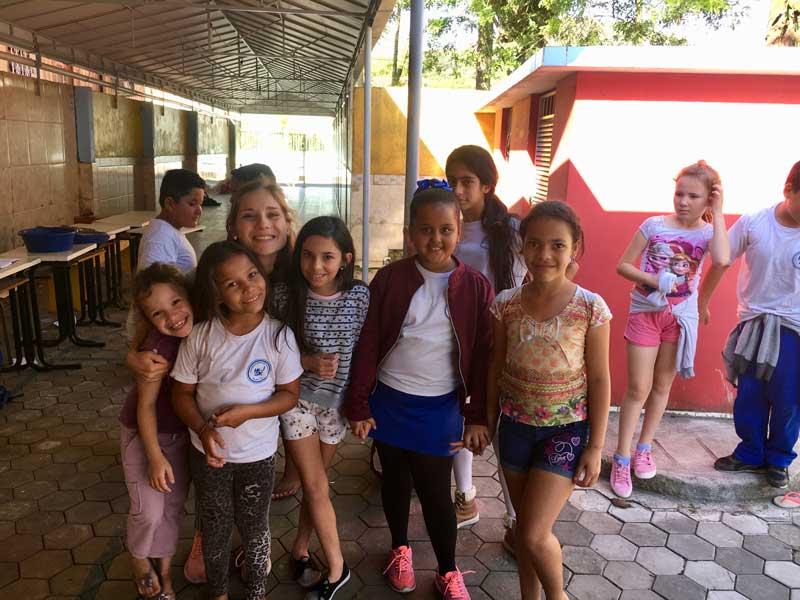 Mijnbrazilie-Brazilië-Vrijwilligerswerk-in-Brazilië-Puck-Colen-Op-de-foto-met-de-kinderen