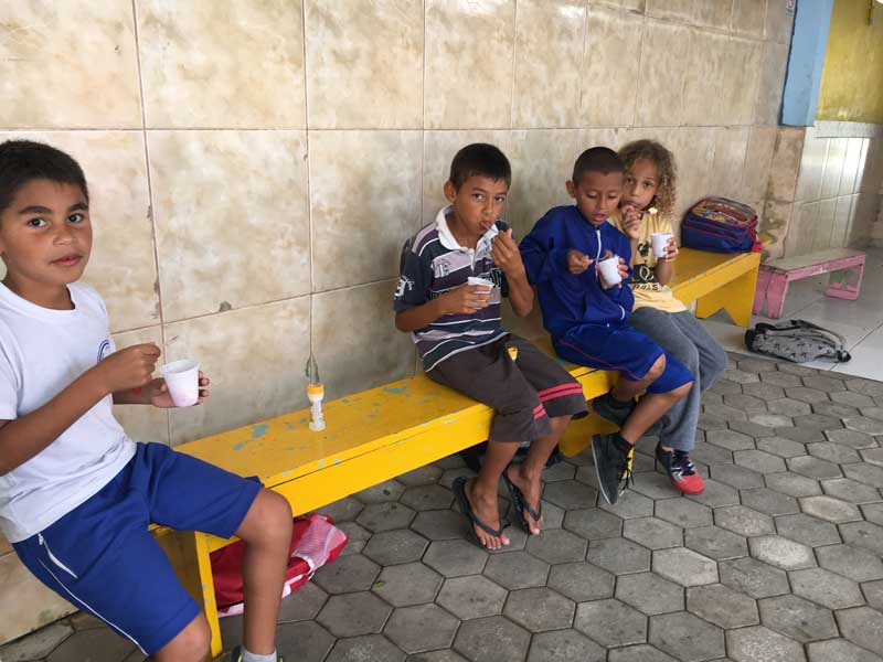 Mijnbrazilie-Brazilië-Vrijwilligerswerk-in-Brazilië-Puck-Colen-kinderen-op-een-bankje