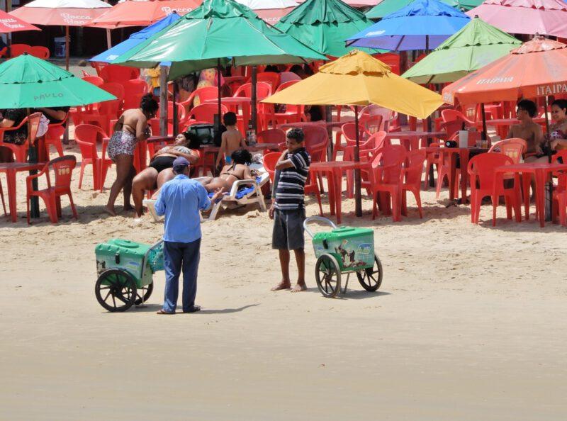 Strandverkopers op het strand in Brazilië