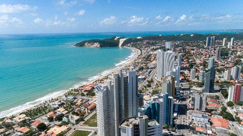 Foto van de stad Natal in Rio Grande Do Norte met strand, hotels en blauwe zee