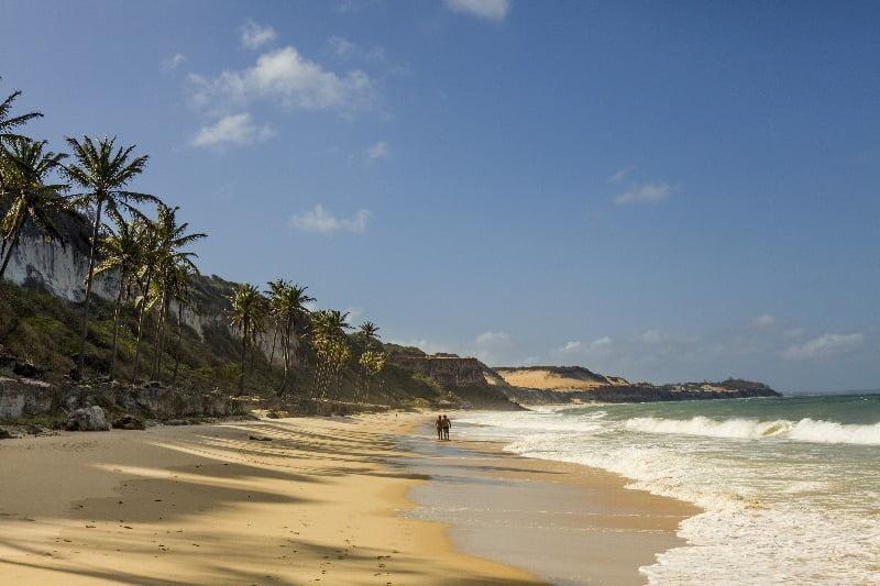 Wandeling langs het strand van Pipa in Brazilië