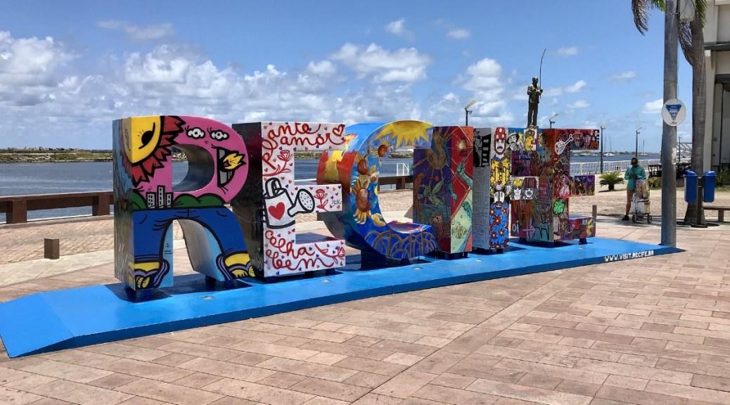 Mijnbrazilie-Brazilië-Recife-Naam van de stad in kleurige letters op de boulevard van Recife