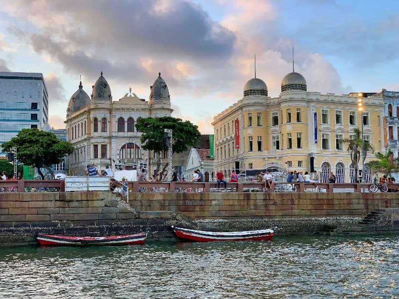 Recife-Praça do Marco Zero-Vanaf het water in een boot