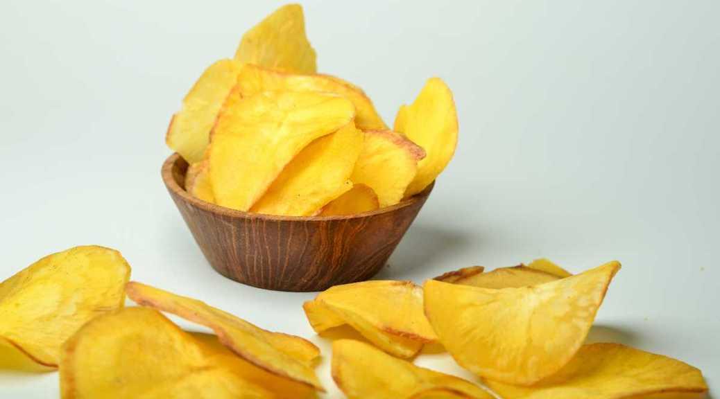 Cassave chips in een klein bakje met losse cassavechips er bij