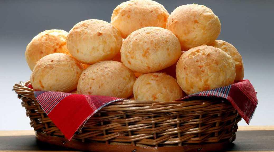 Pão de queijo in een mandjee-Brazilië-Braziliaanse recepten-Pão de queijo in een mandje