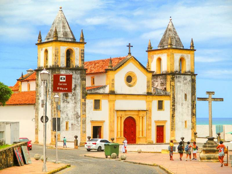 Catedral da Sé in Olinda met op de achtergrond blauwe lucht en de zee