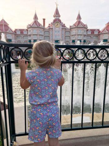 prinsesje voor de ingang van Disneyland