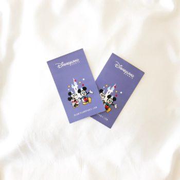 Paarse toegangstickets voor Disneyland Parijs met Mickey Mouse en Minnie Mouse