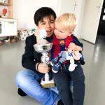 Rivaro met wisselbeker en zijn kleine broertje Kaeden