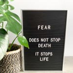 letter board met 'angst' quote