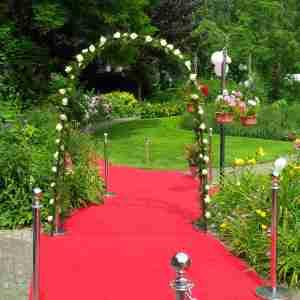 verlichte boog met verse bloemen en rode loper