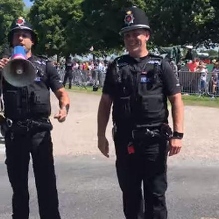 Engelse politieagenten maken er een feestje van tijdens Koninklijk huwelijk