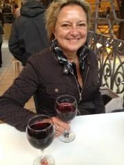 een glas stierenbloed in de markthal van budapest