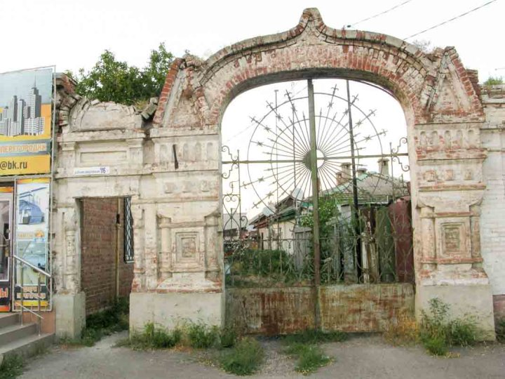 An old gate in Taganrog.