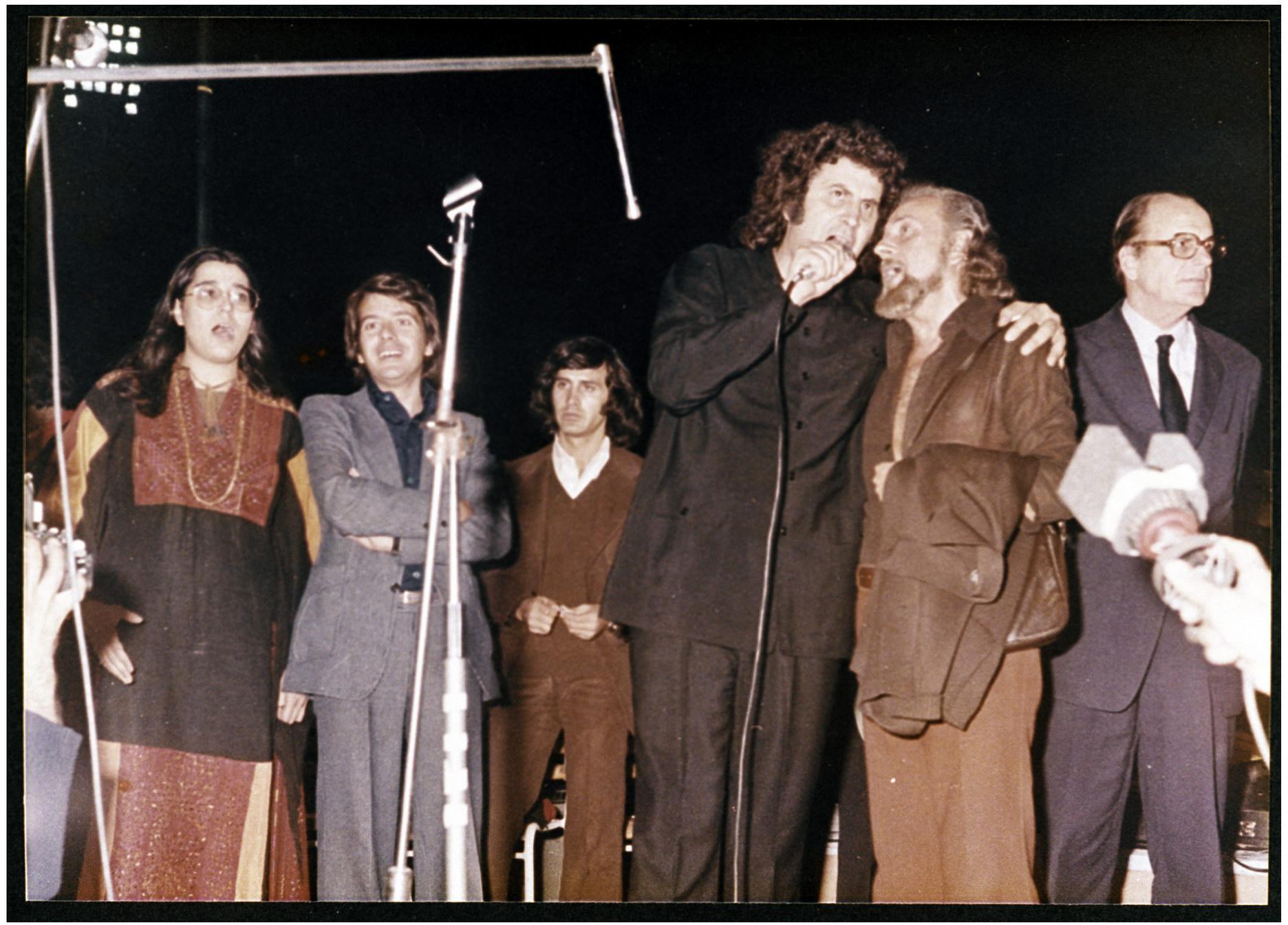 Αποτέλεσμα εικόνας για φωτο συναυλία του Θεοδωράκη στο Καραισκάκη το 1974