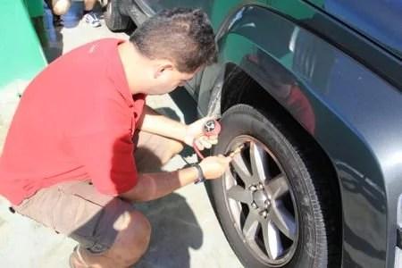 Descomprimindo o pneu para dirigir na areia